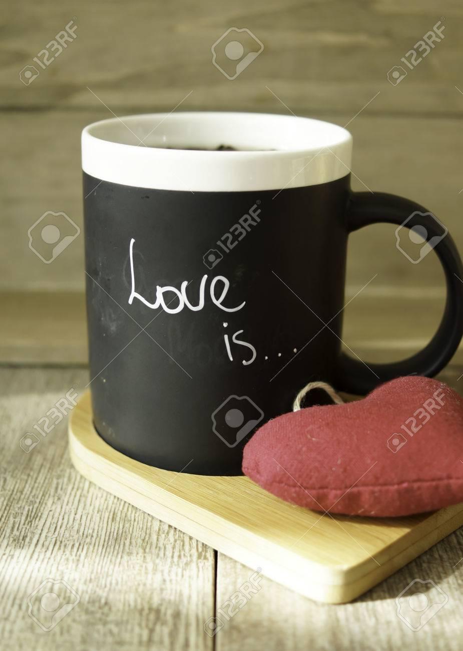 San Valentino Tavolo.Una Tazza Con Amore E Nota E Decorata Di San Valentino Sul Tavolo Di Legno