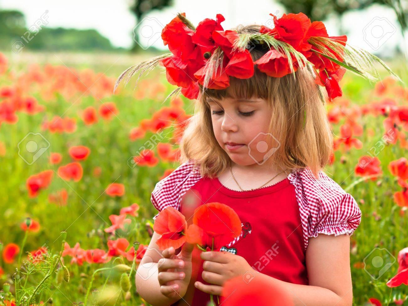 Little girl s portrait in poppies - 20637831