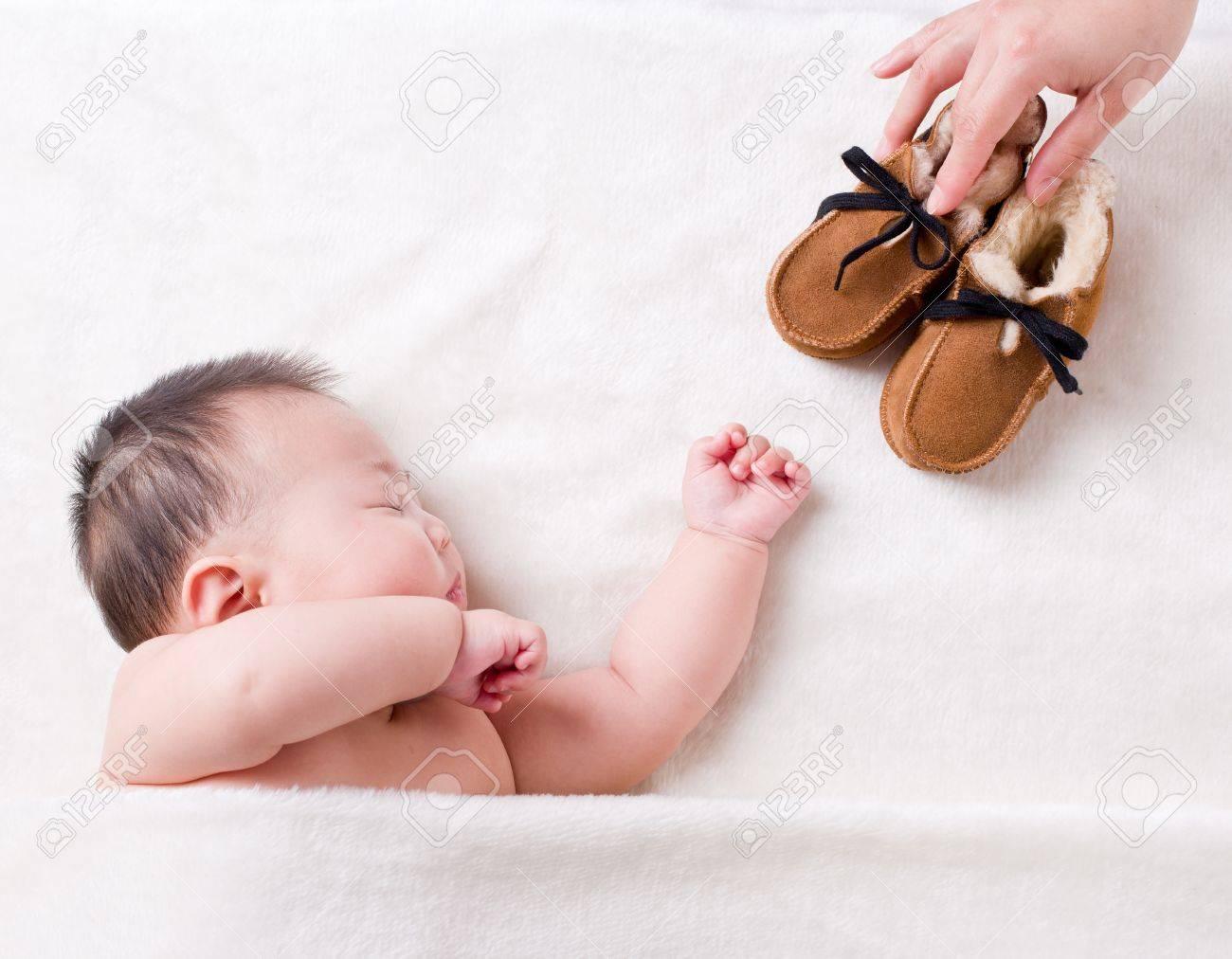 Mamá Puso El Zapato En El Lado Del Bebé Para Dormir Fotos, Retratos ...