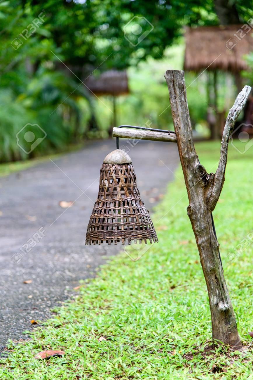 Alte Handgemachte Holzerne Lampe Gemacht Vom Bambus Im Garten