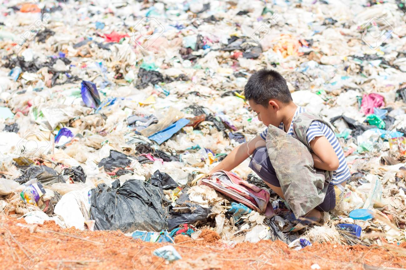 Children are junk to keep going to sell because of poverty - 101846050