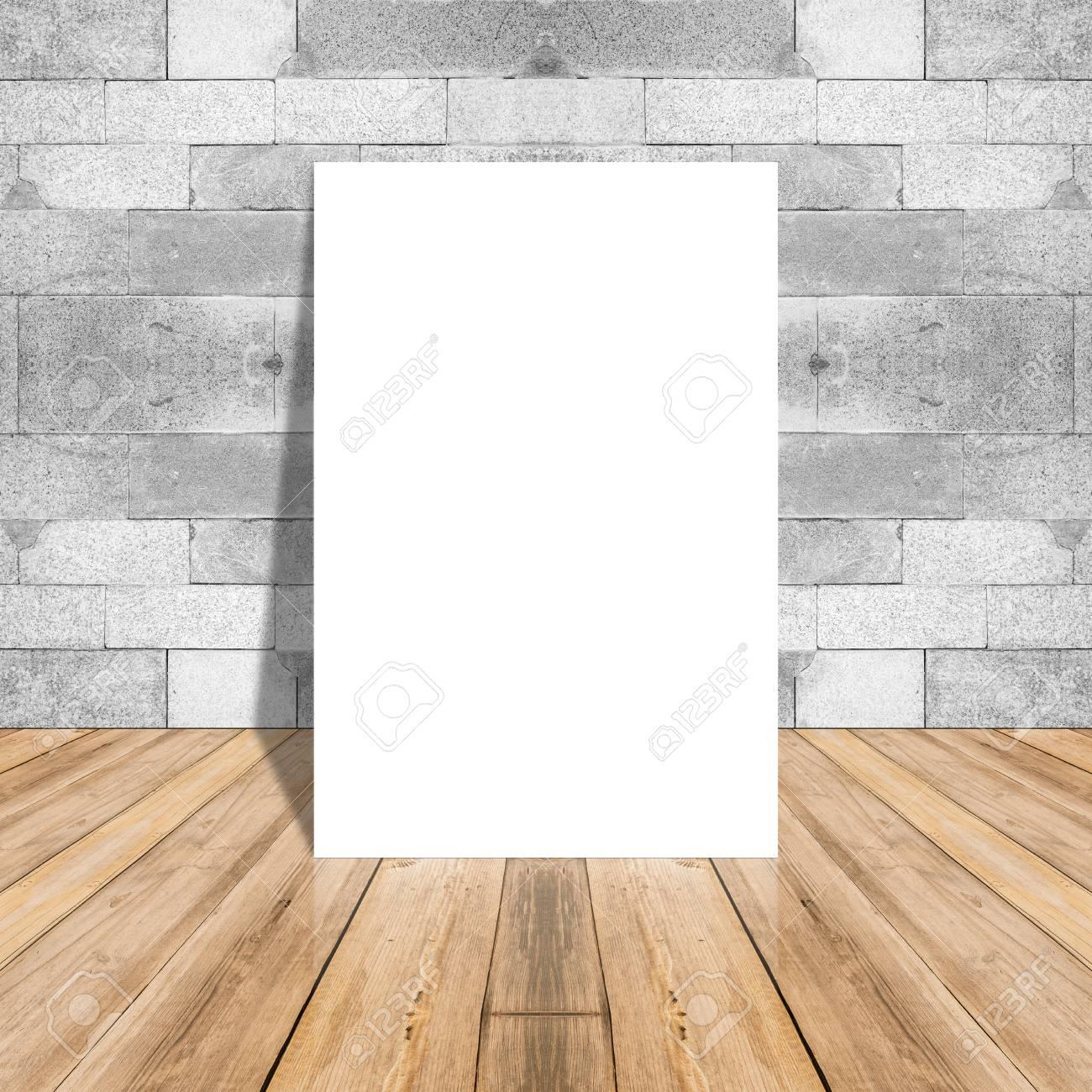 leeres weißbuchplakat auf plankenholzboden und muster marmorn wand