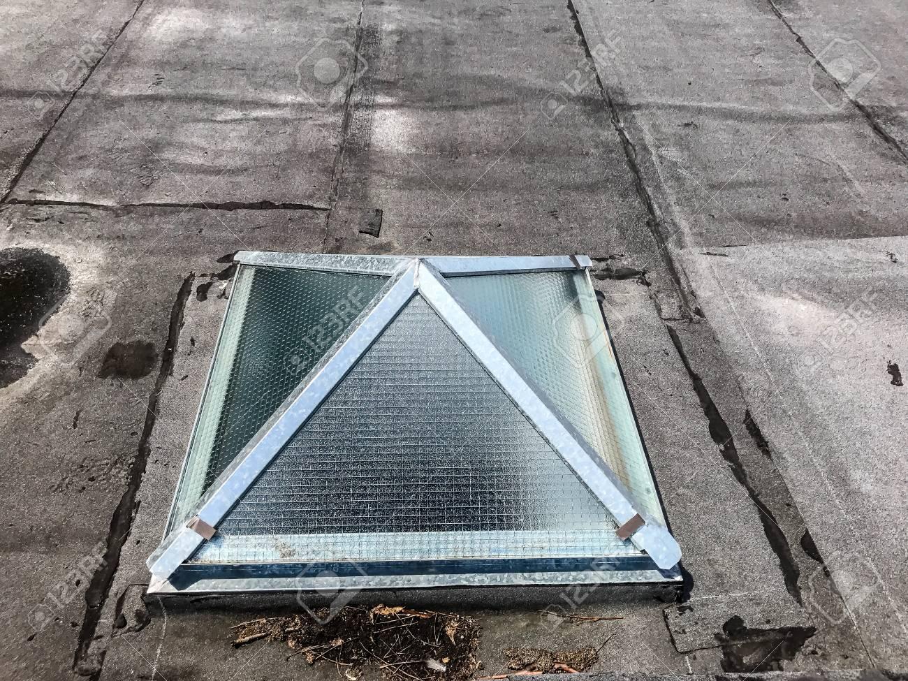 kleines dachfenster auf dem dach eines alten gebäudes. lizenzfreie