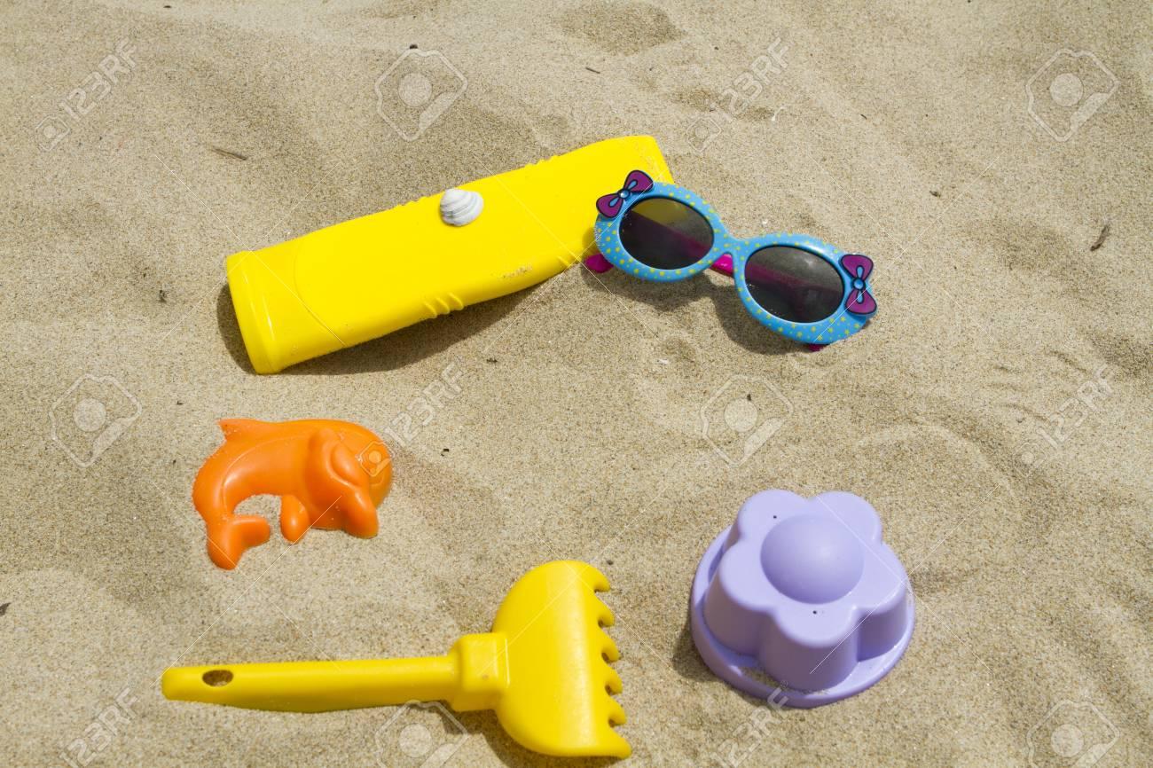 0a671cbfe Accesorios para la playa gafas de sol moldes de protección solar para arena  Foto de archivo