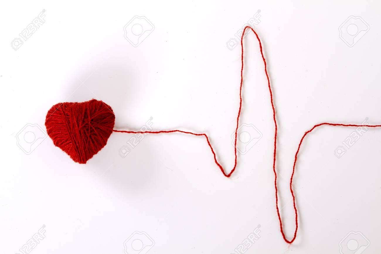 Madeja De Hilo De Lana Roja En Forma De Corazón. Hilo Como El Patrón ...