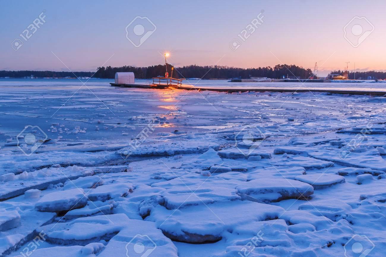 フィンランドのエスポー、フィンランドの湾の海岸の冬 の写真素材 ...