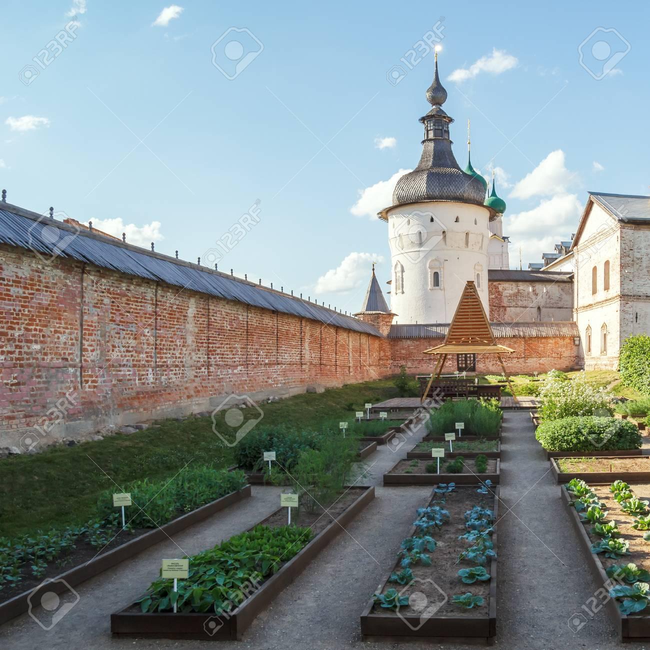 Die Betten Im Garten Im Kreml Von Rostov Die Große Lizenzfreie Fotos