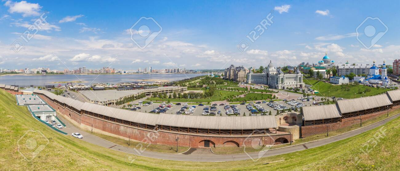 Kremlin wall and view of the palace square in Kazan - 142402795