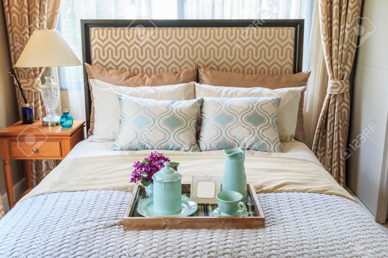 Camera Da Letto Con Divano : Immagini stock tè in un vassoio di legno sul divano in camera da