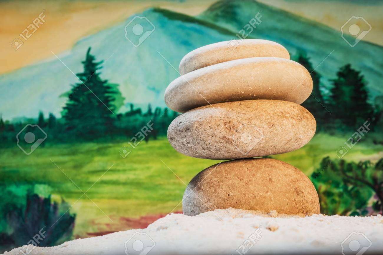 Guijarros De Pirámide. Relájate Montañas En El Fondo: Las Piedras Se ...