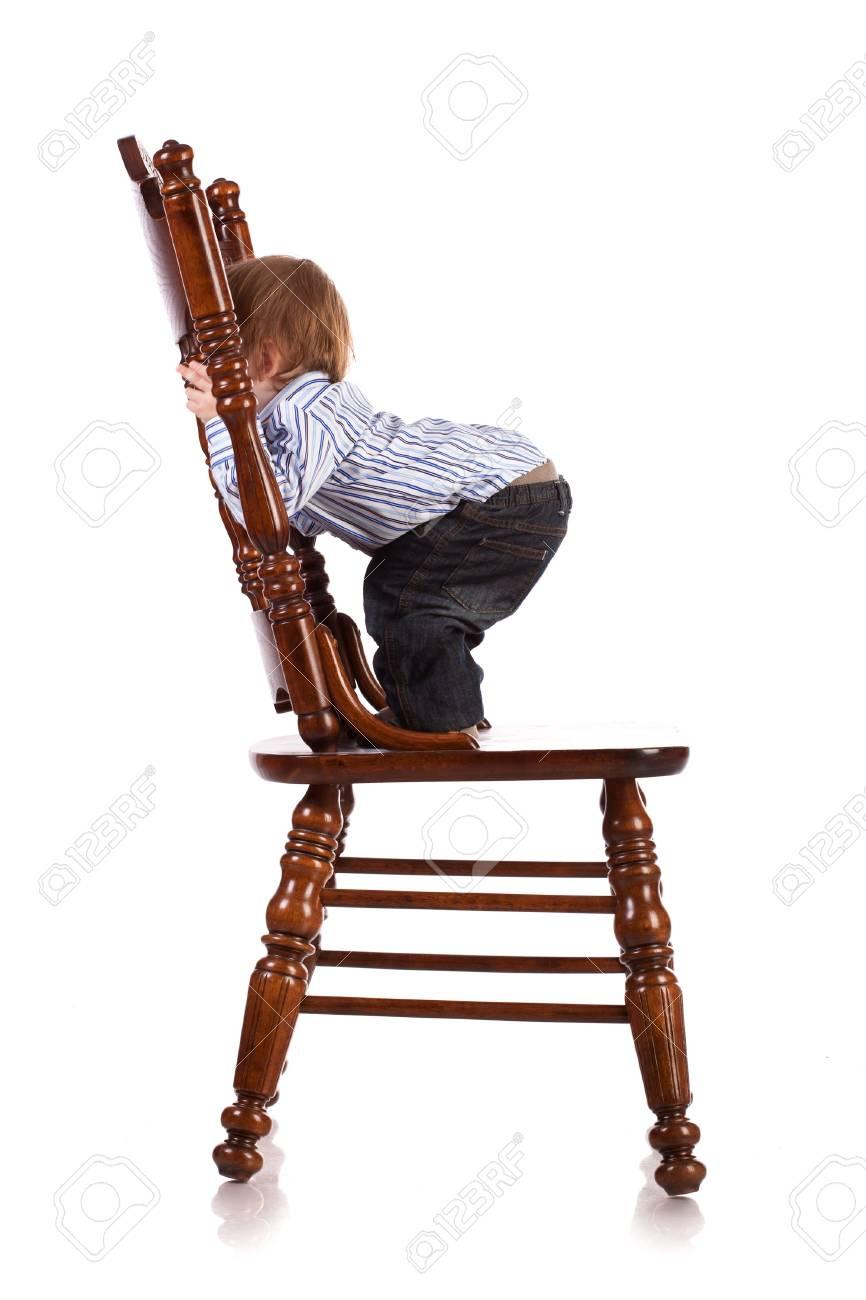Bebé estudio silla en en una madera de gran un aislado zVpqUGLSM