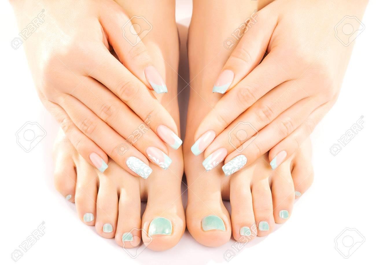 Mooie voeten met turquoise pedicure geïsoleerd