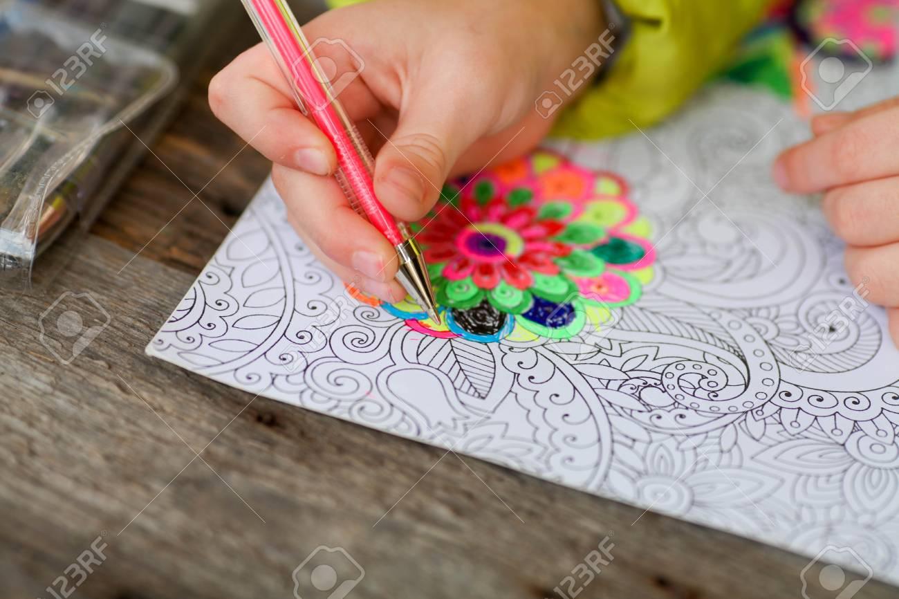 子供がクレヨンで大人の塗り絵を塗料します の写真素材画像素材
