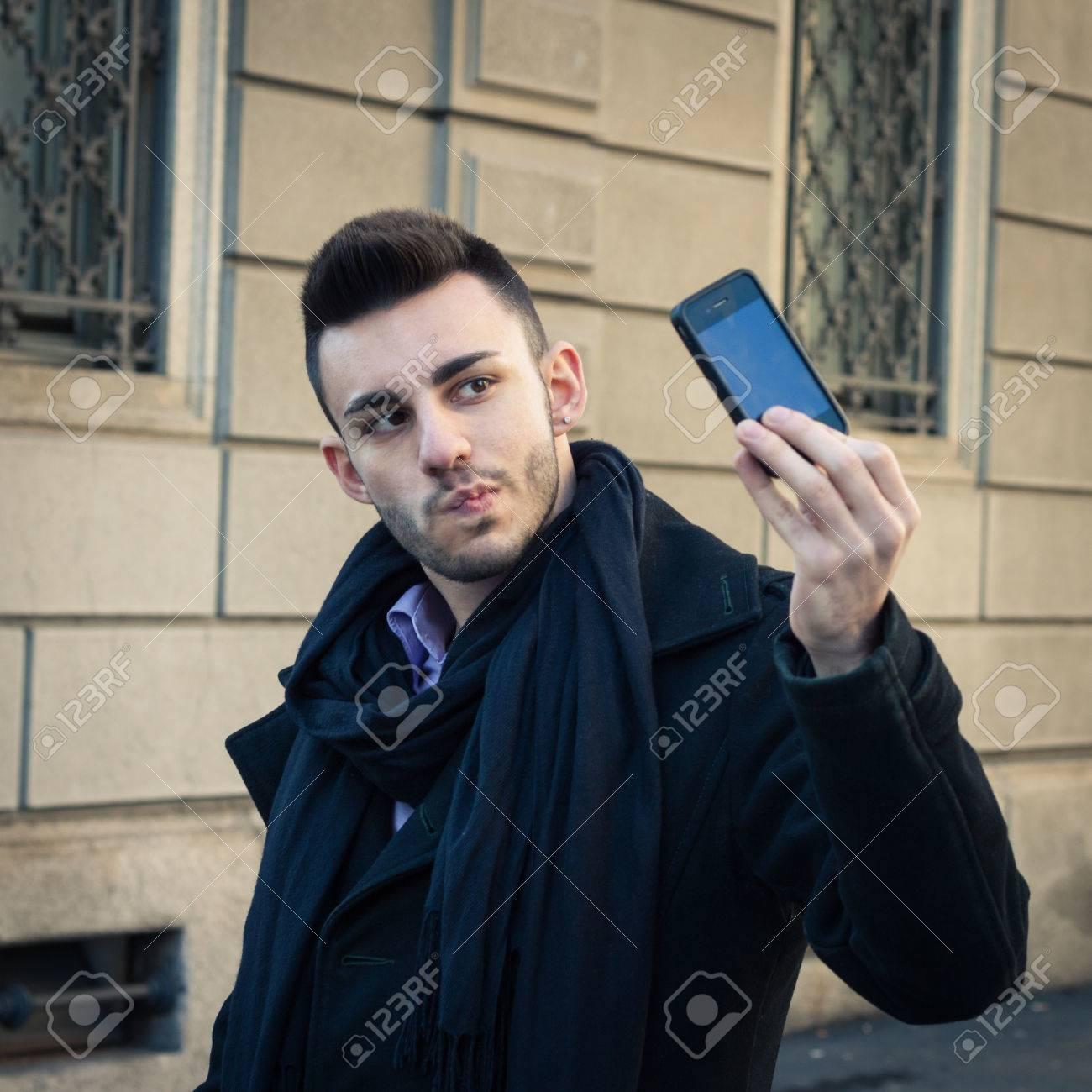 Selfie hübscher junge Volle länge.