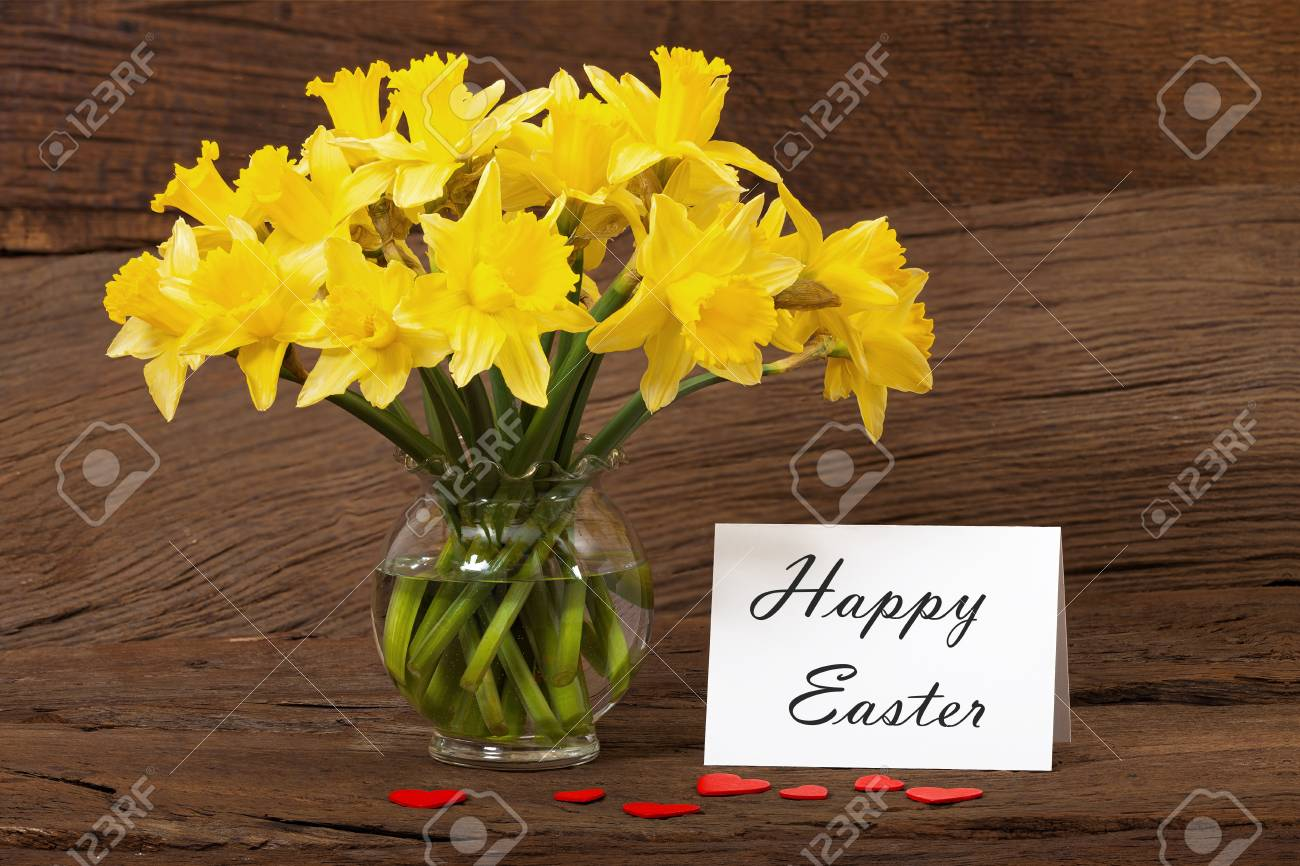 Easter greeting with a bouquet of daffodils and a white card with the text  Happy Easter Stock Photo - 17911412