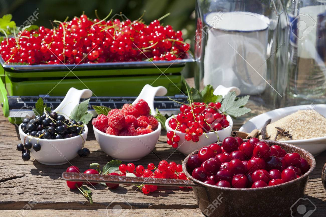 Ingrédients Pour La Fabrication De Maison Liqueur De Fruits Sur Une ...