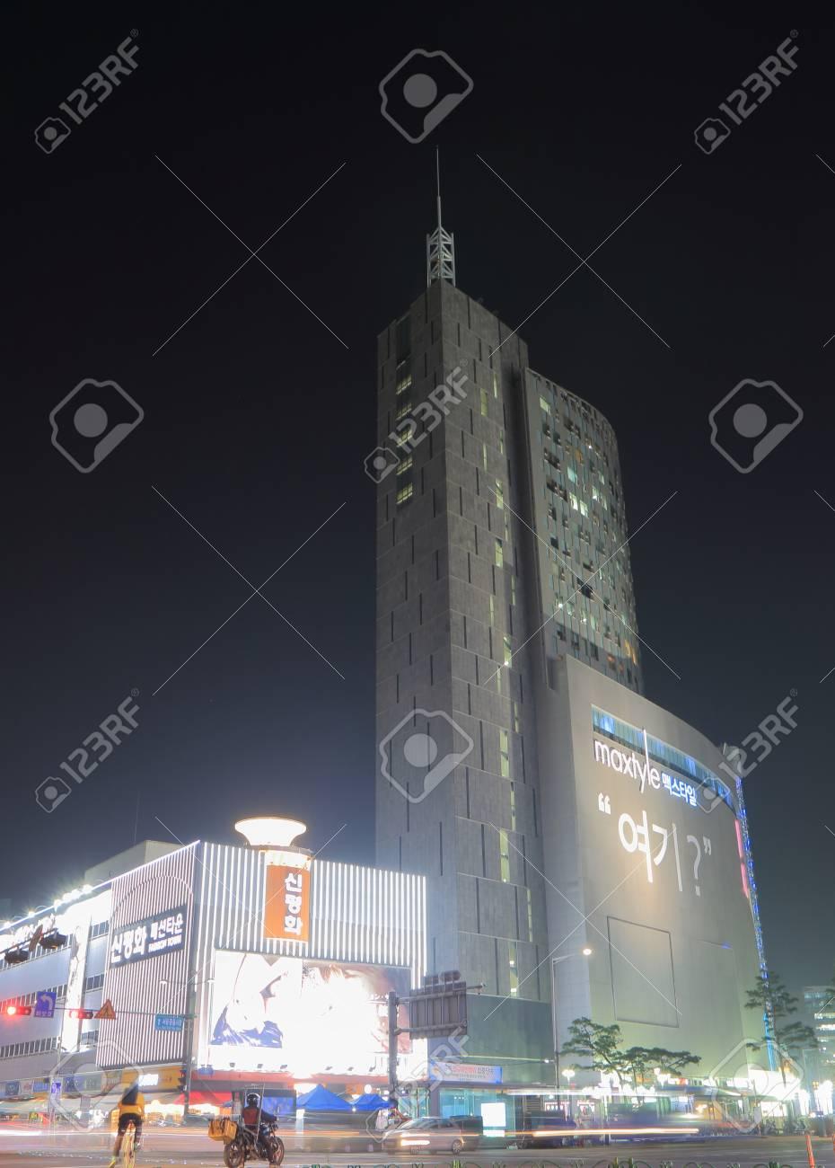 b5a74927e00 ソウル、韓国-2016 年 10 月 19 日: Maxtyle ショッピング モール。Maxtyle