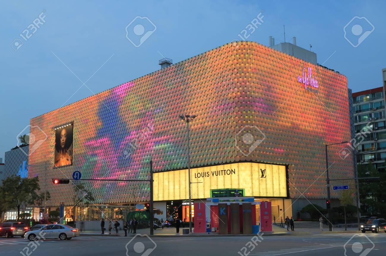 2ce5f5087e4 江南ソウル, 韓国-2016 年 10 月 21 日: Galleria ショッピング モール ...