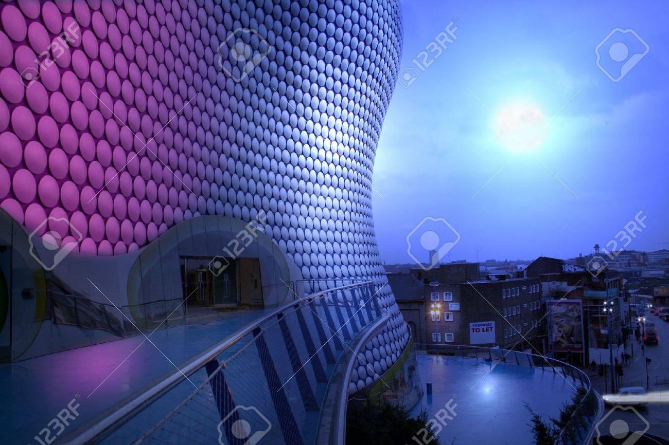 写真素材 , 闘牛場建物と月の光で夜のバーミンガムのビュー。有名な英国の建築