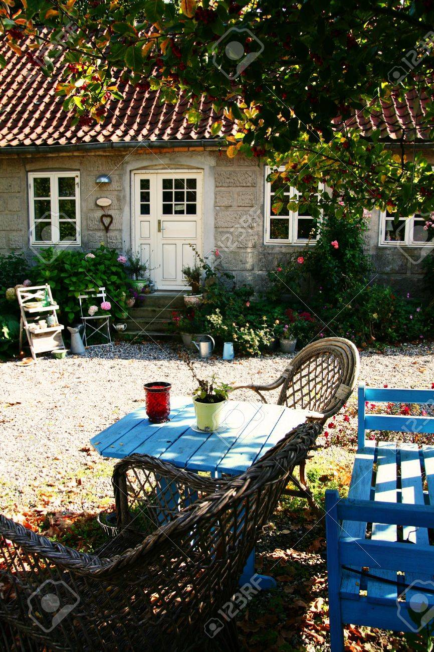 Patio De La Granja Con Muebles Rusticos Y Tabla En Dia Soleado Fotos