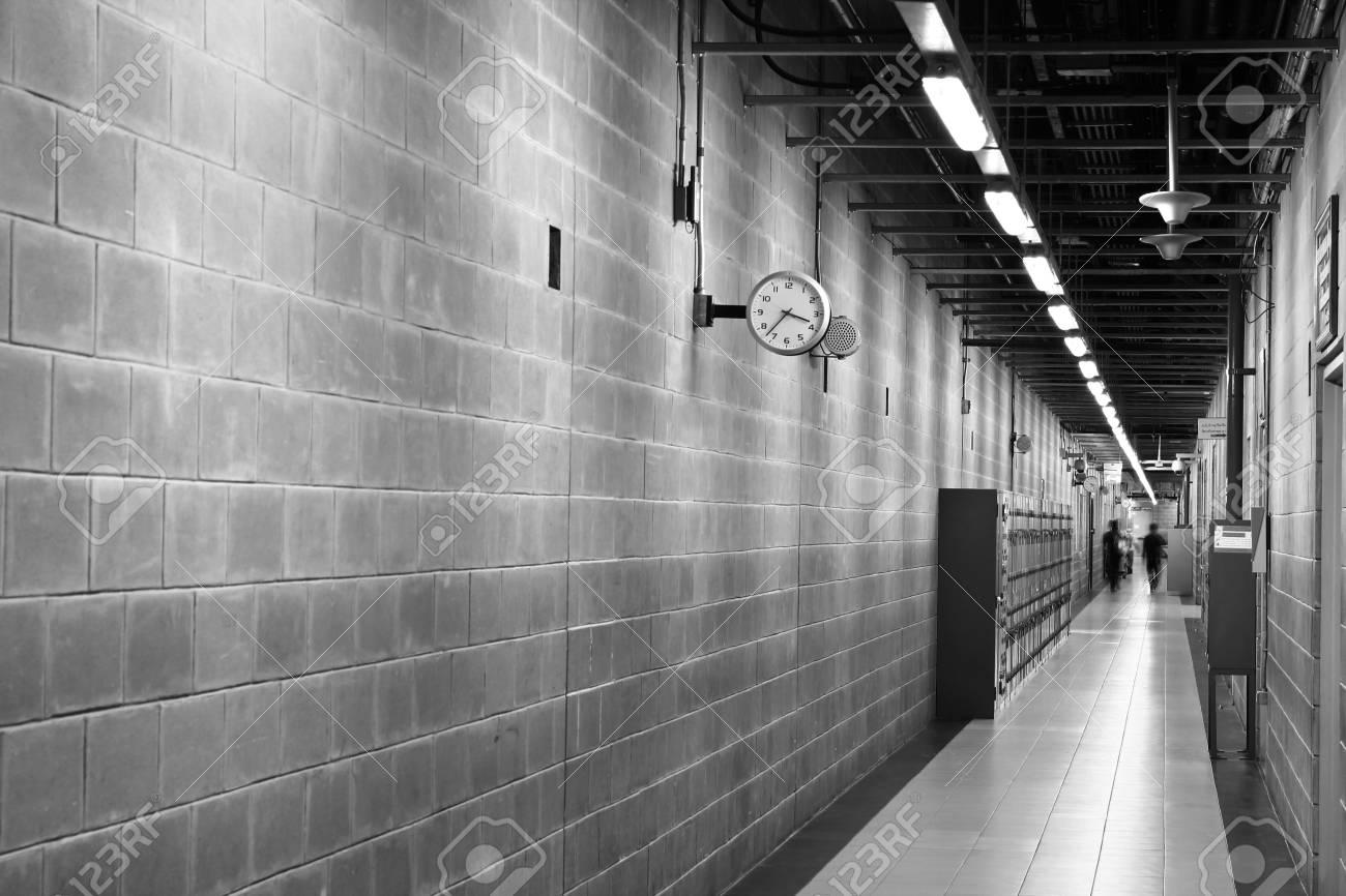 Ingresso in bianco e nero e corridoio in un moderno edificio