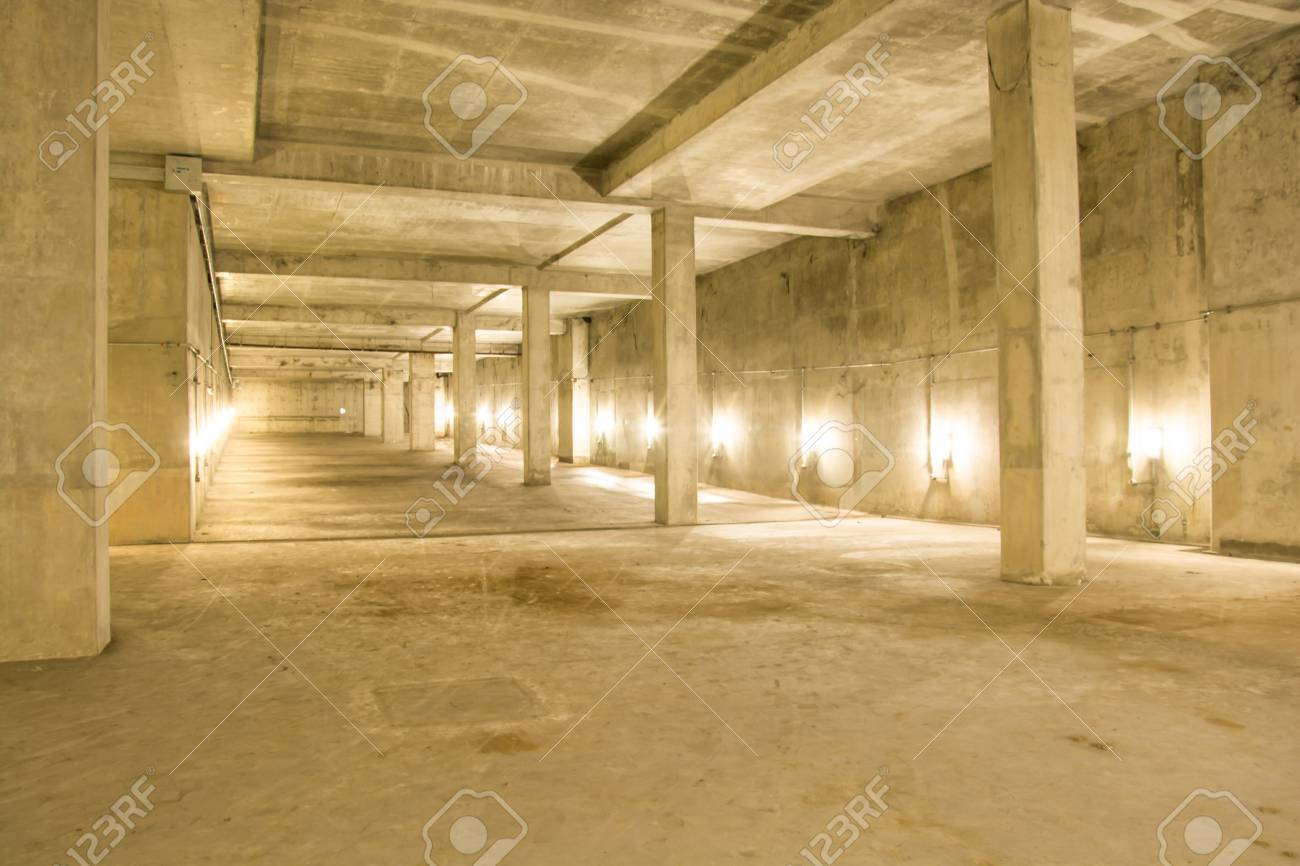 lege industrile garage kamer interieur met betonnen vloer en muur achtergrond vintage kleur stijl stockfoto