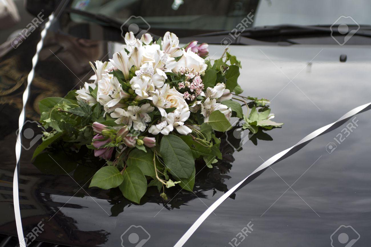 banque dimages bouquet de fleurs sur le capot du mariage voiture - Fleurs Capot De Voiture Mariage