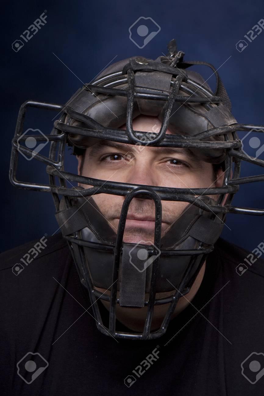 Dreißig-etwas Mann In Einem Catchers Maske Mit Einem Dramatischen ...