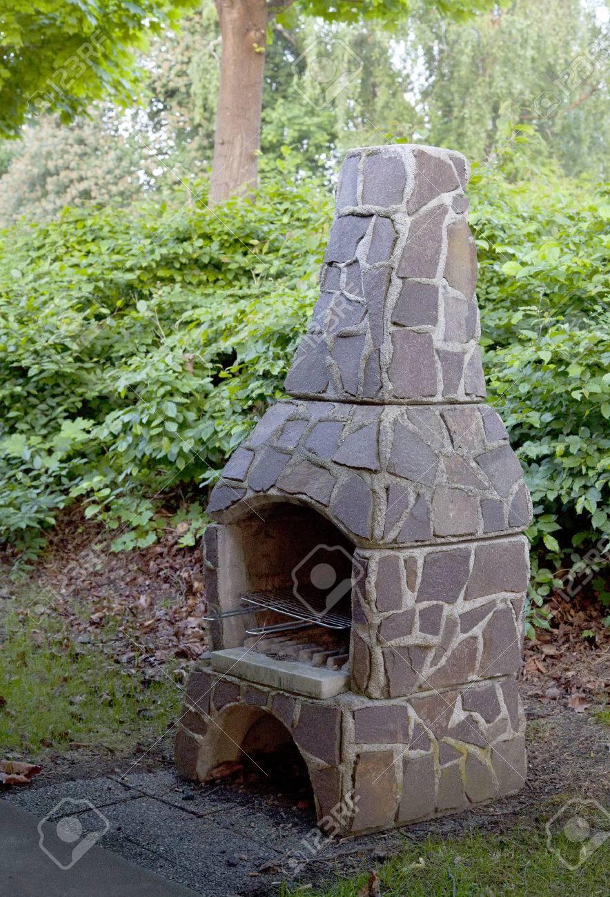 Chimenea Al Aire Libre En El Jardin Fotos Retratos Imagenes Y - Chimenea-jardin