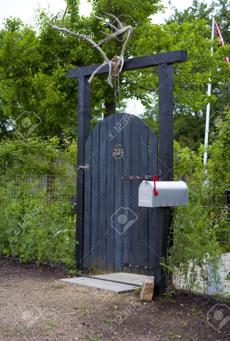 Bois porte de jardin avec Bois de Cerf et la boîte aux lettres