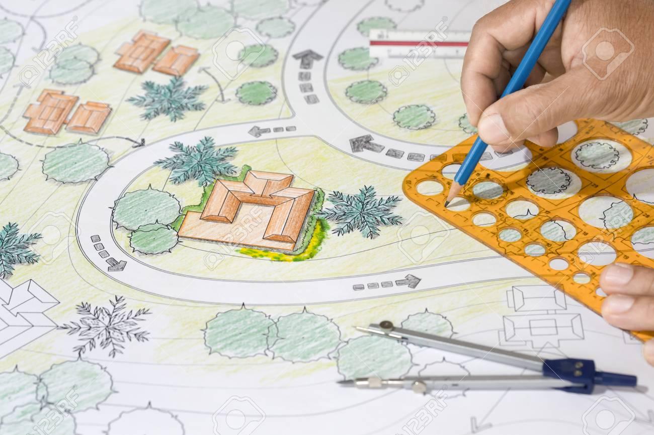 Landschaftsarchitekt Entwirft Pläne Für Erholungsort. Lizenzfreie ...