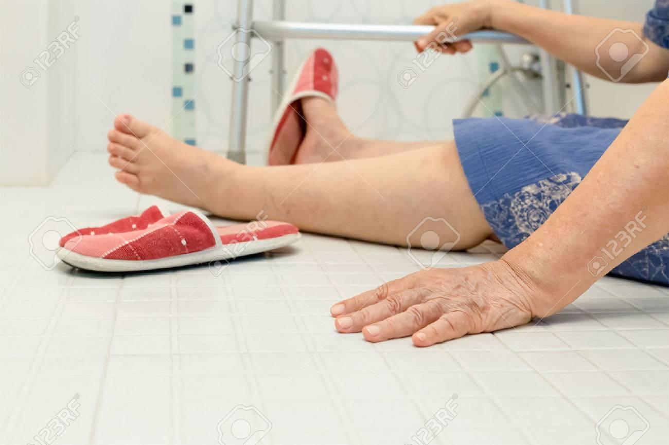 Im Badezimmer, Weil Rutschigen Oberflächen ältere Menschen Fallen  Lizenzfreie Bilder   61012349
