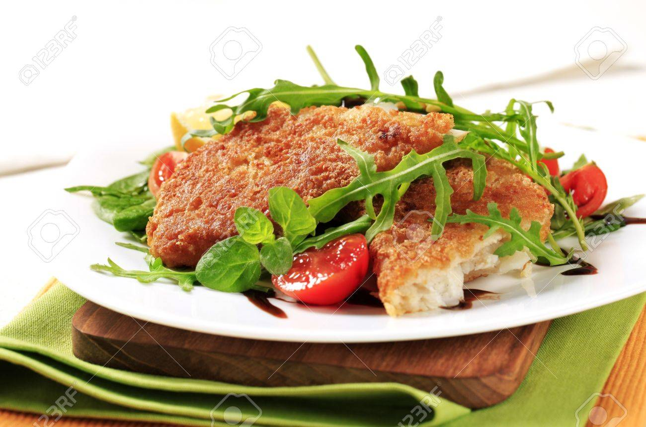 Fried fish on a bed of fresh salad Stock Photo - 9954369