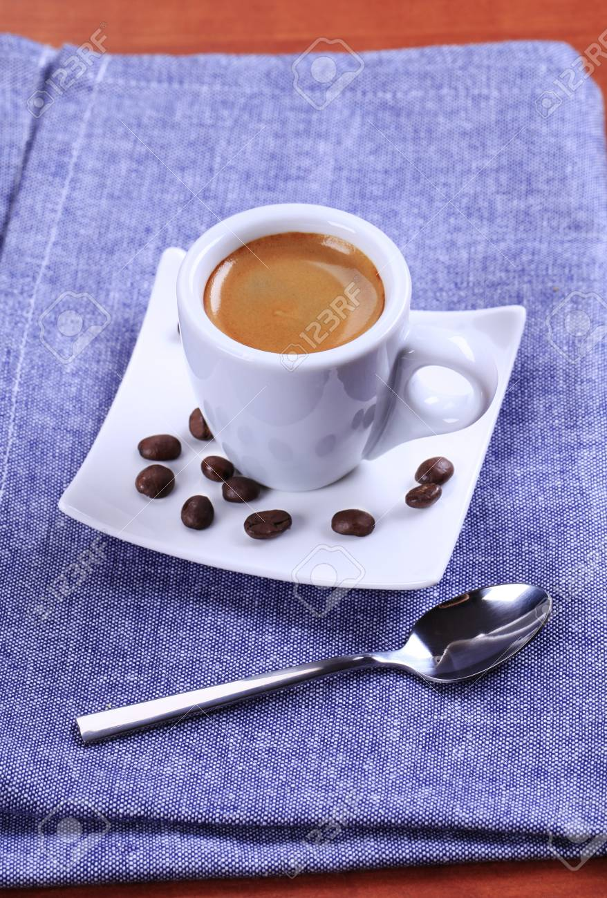 Taza De Cafe Espresso Con Espuma De Color Marron De Oro Fotos Retratos Imagenes Y Fotografia De Archivo Libres De Derecho Image 10742368