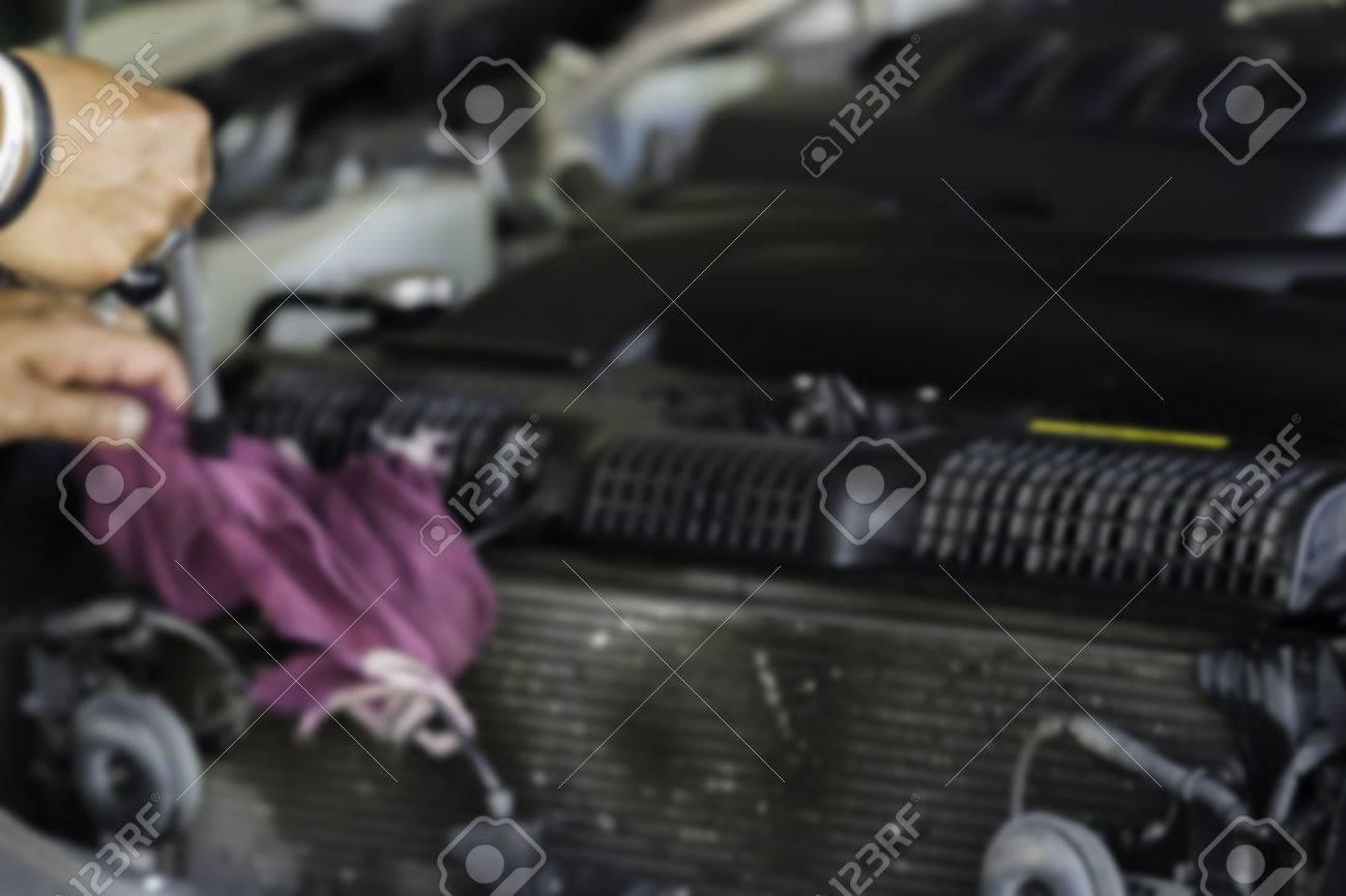 Unscharfes Bild, Mann Reinigte Und Wischte Autoheizkörperflosse Und ...