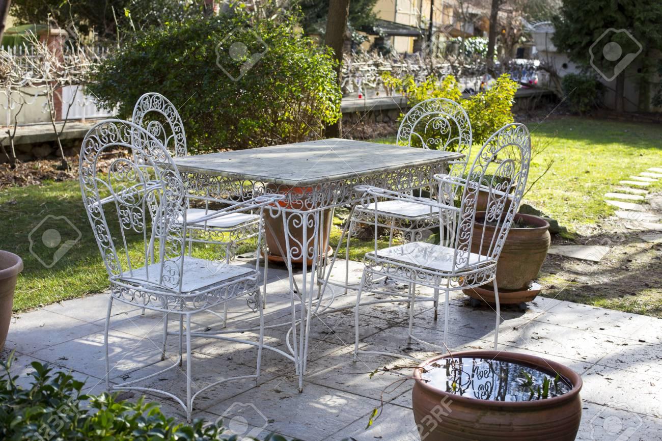Mobilier de table et de chaises en métal blanc décoratif vintage dans un  jardin