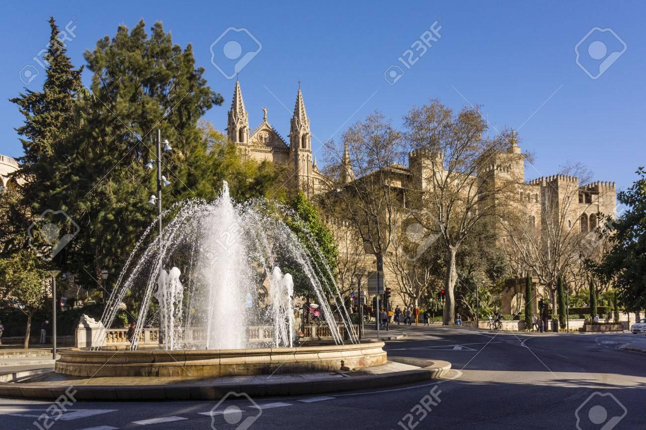 Plaza De La Reina Y Palacio Real De La Almudaina Palma Mallorca