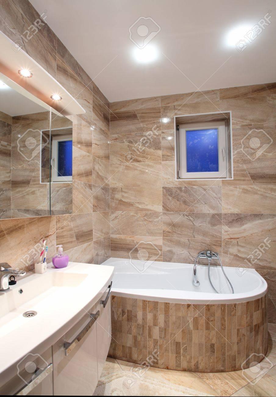 Cuarto de baño en casa de lujo con baño y muebles