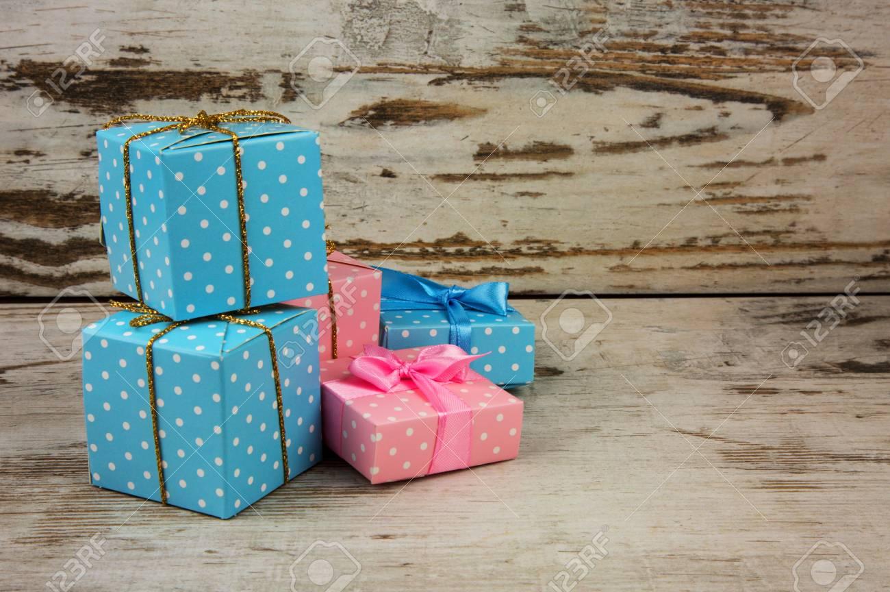 Decoration De Paquets Cadeaux quatre paquets, cadeaux de noël sur la vieille table en bois décoration de  noël avec espace de copie sur le côté droit. vue horizontale.