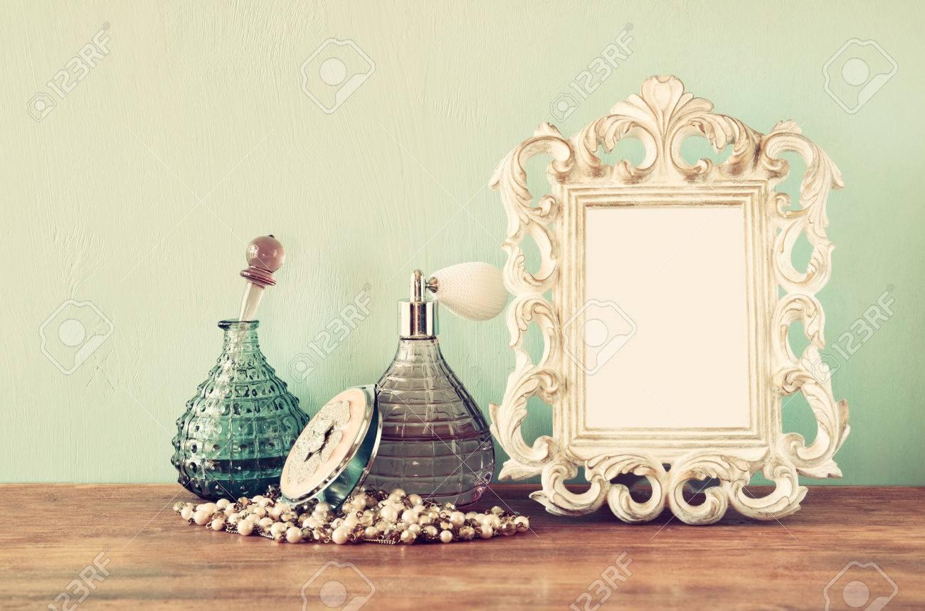 Jahrgang Antiken Parfüm-Flaschen Mit Alten Bilderrahmen Auf ...