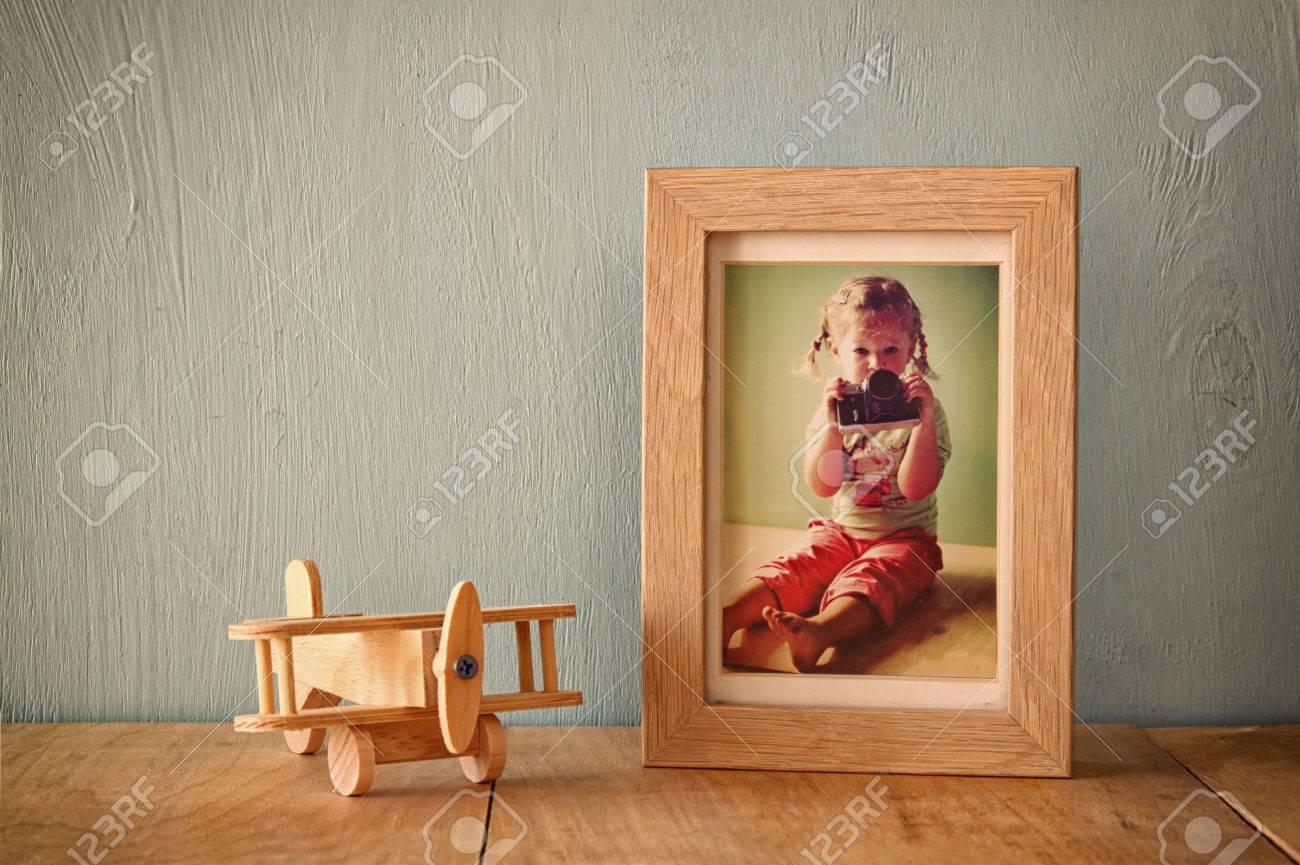 Holz-Flugzeug Spielzeug über Holz Tisch Neben Fotorahmen Mit Kinder ...