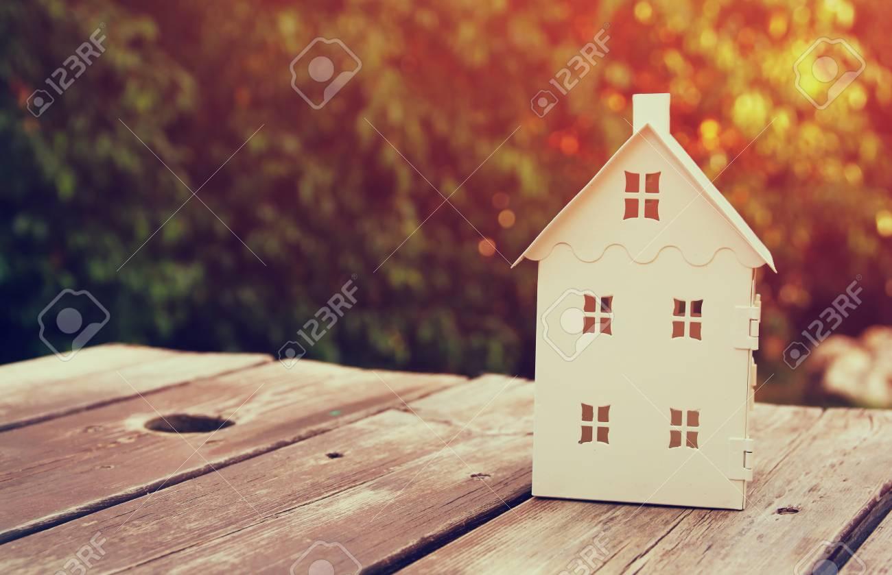 Petit modèle de la maison sur la table en bois en plein air au jardin mise  au point sélective. image filtrée