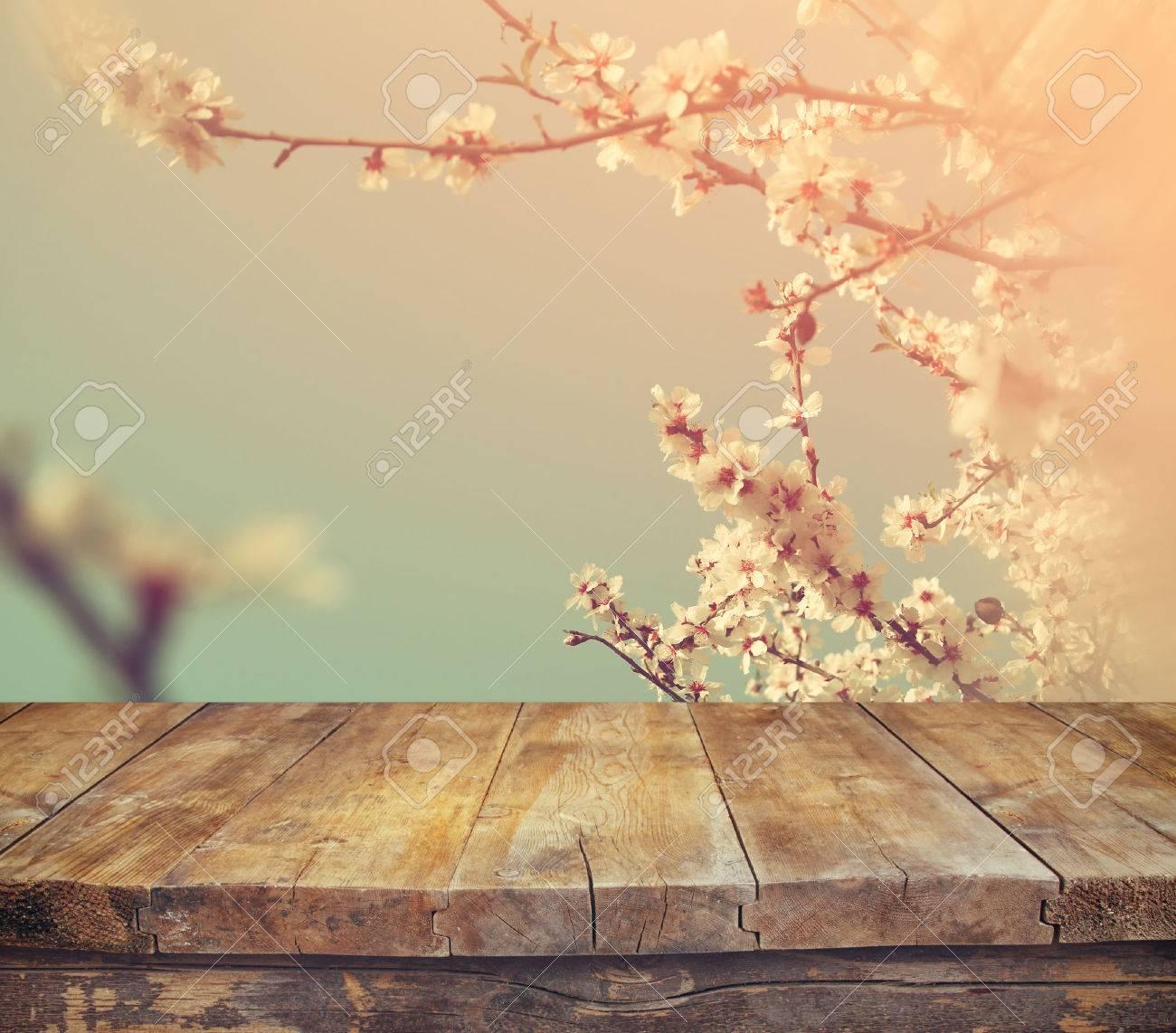 Rustica Mesa De Madera Delante De La Primavera Flores De Cerezo - Vintage-imagenes
