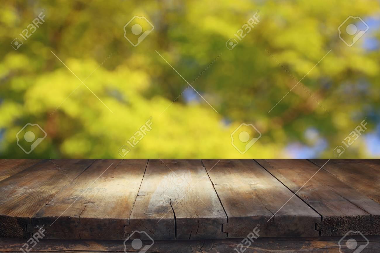 front rustikale holzbretter und abstrakte bäume hintergrund