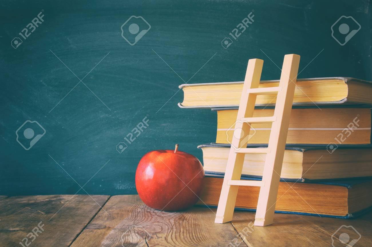 Retour au concept de l école tableau noir avec des livres