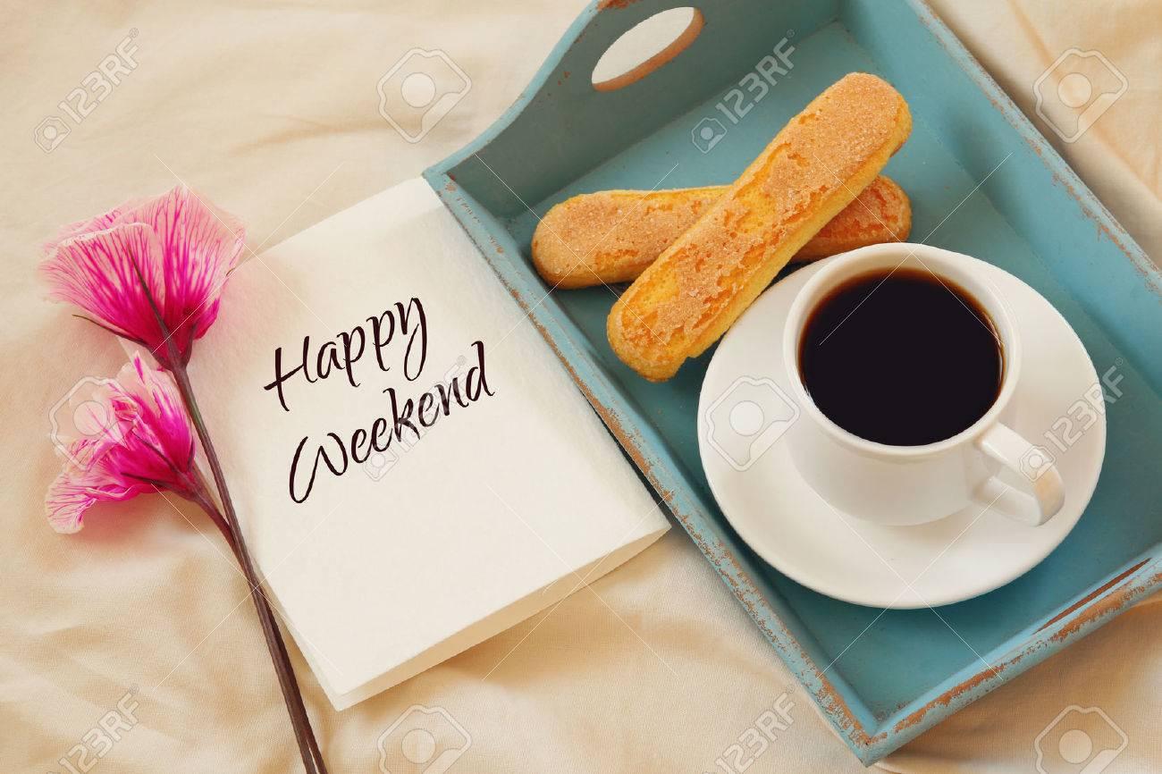 Petit Déjeuner Romantique Dans Le Lit Biscuits Café Chaud Des Fleurs Et Des Notes Avec Le Texte Happy Weekend