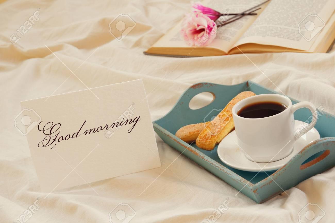 Petit Déjeuner Romantique Dans Le Lit Biscuits Café Chaud Fleurs Et Note Avec Le Texte Good Morming