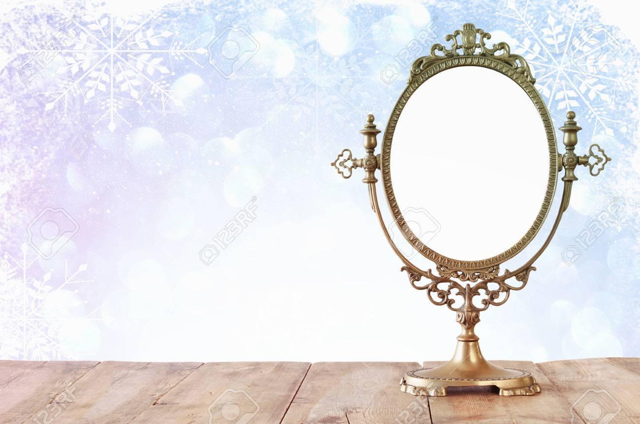 Old Vintage-ovalen Spiegel Stehend Auf Holztisch. Märchen Magische ...