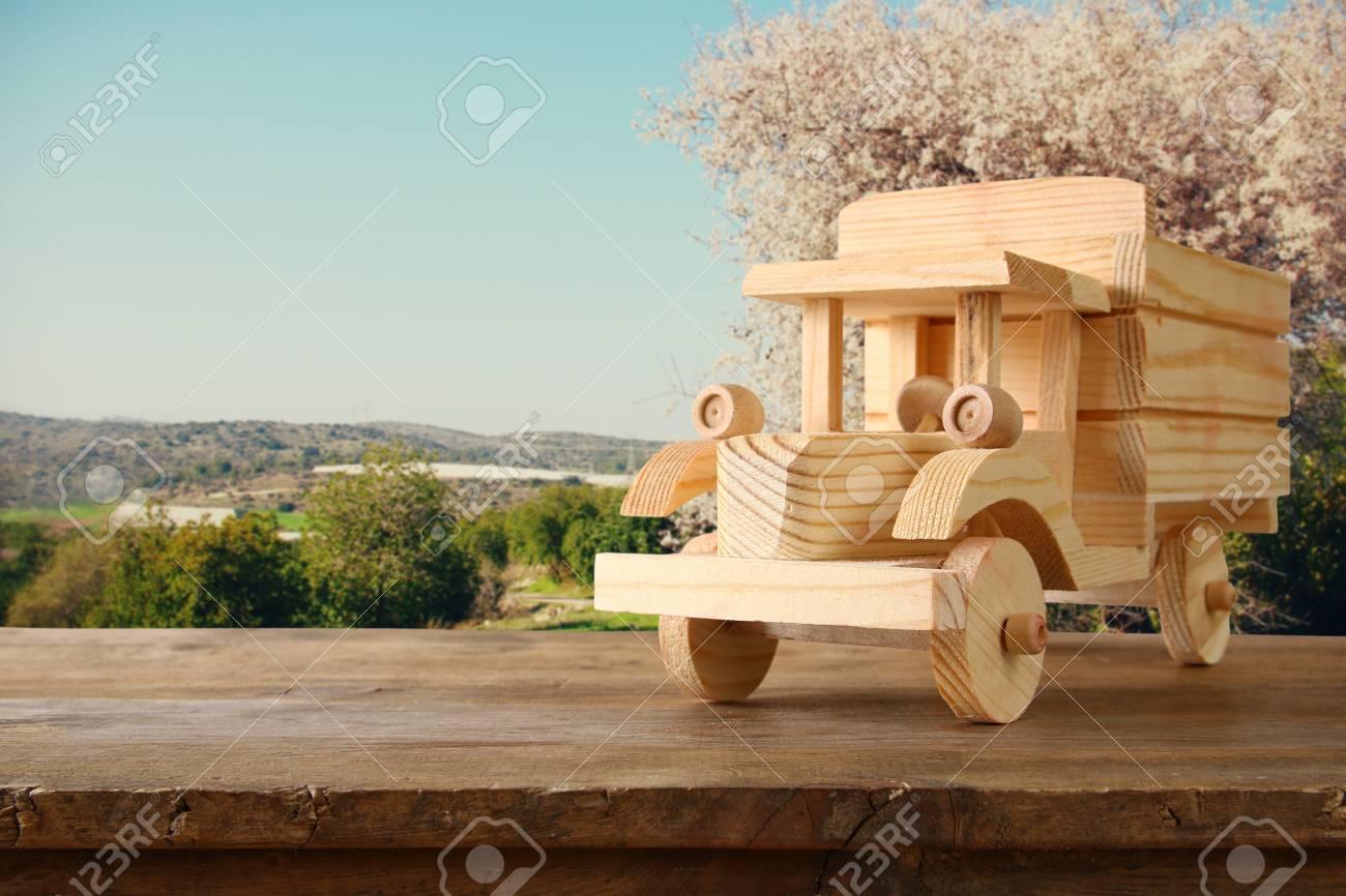 Juguete De Madera Viejo Carro Carro Sobre Mesa De Madera Concepto De