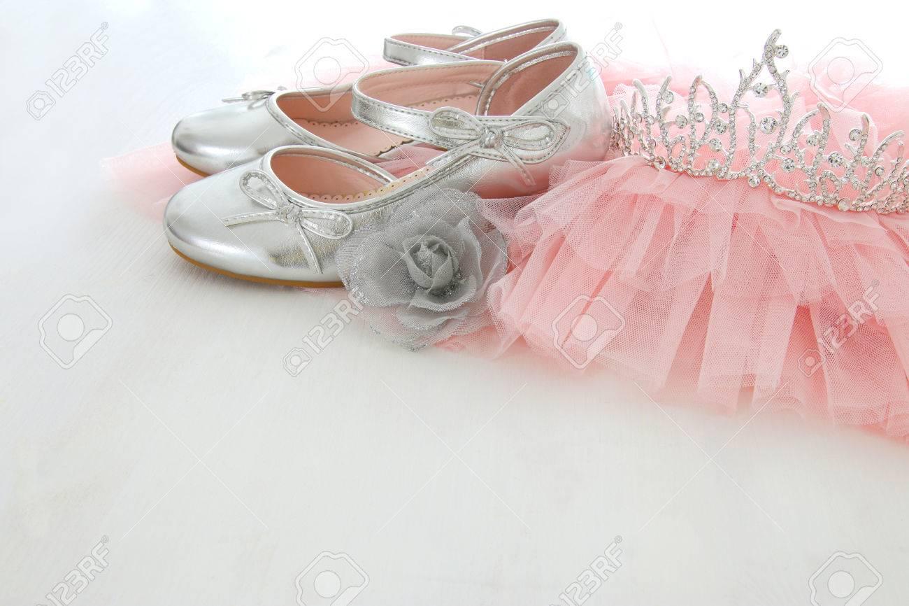 Vintage Tüll Rosa Chiffon Kleid, Krone Und Silber Schuhe Auf ...
